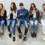 Jugendliche mit Smartphones in der Hand