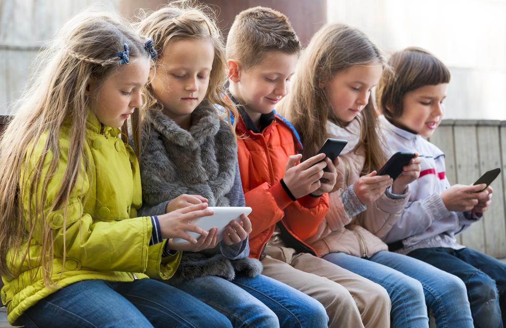 Kinder mit Smartphones in der Hand