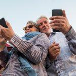 Senioren mit Smartphones in der Hand